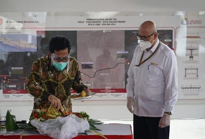 Direktur Utama PT JMM, Bapak Adrian Priohutomo dan Kepala Badan Pengatur Jalan Tol (BPJT), Bapak Danang Parikesit